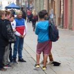 Spaß mit einem Straßenkünstler